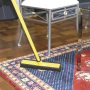 Är effektivare på mattan än dammsugaren.